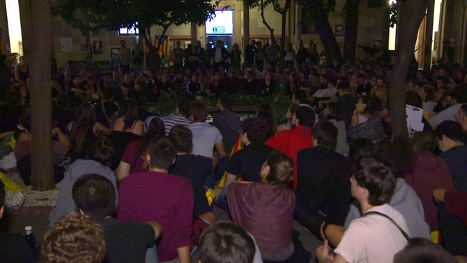 300 estudiants passen la nit dins l'edifici històric de la UB