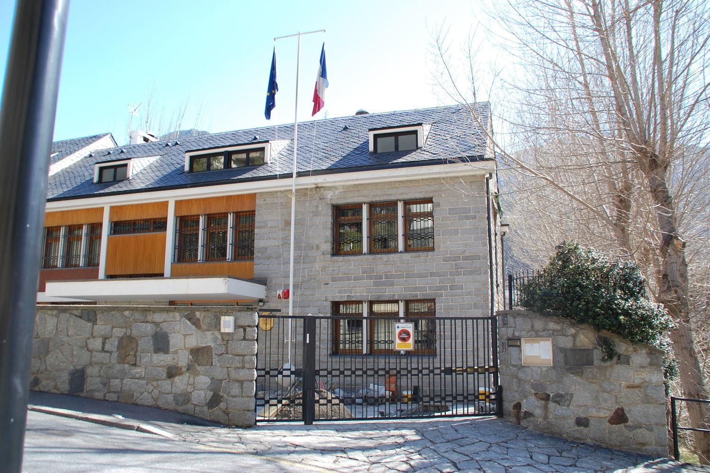 Queixes de residents gals pel tancament del consolat francès
