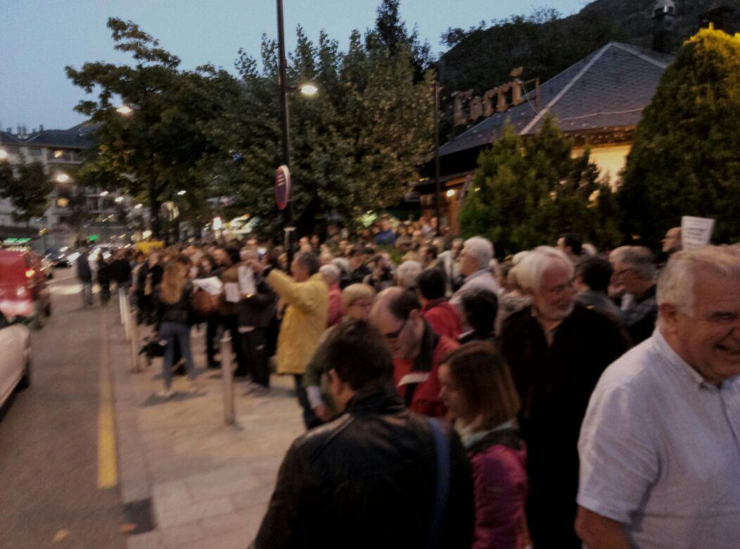 Concentració ciutadana davant l'ambaixada espanyola a Andorra