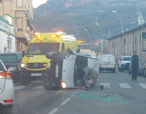 Aparatós accident d'una furgoneta a la Pobla de Segur