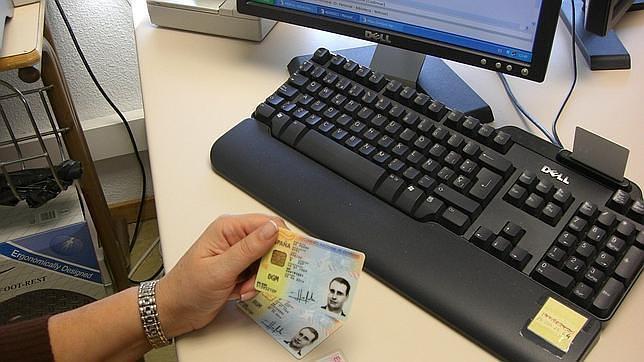 Cues de clients als bancs de la Seu per no presentar el DNI o el passaport