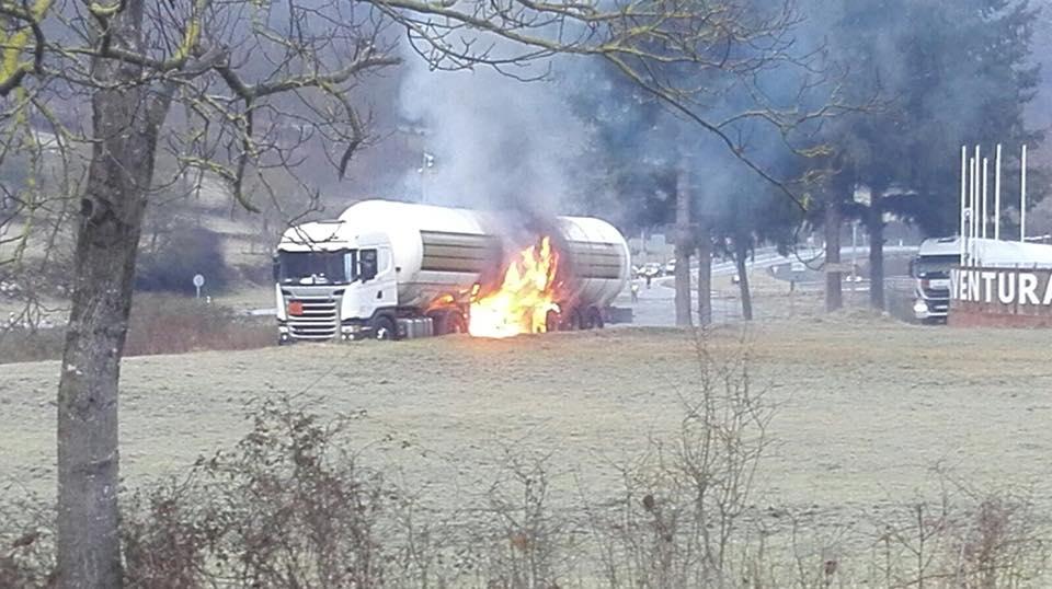 L'incendi d'un camió de gas talla l'N-230 a l'altura de la localitat aranesa de Les