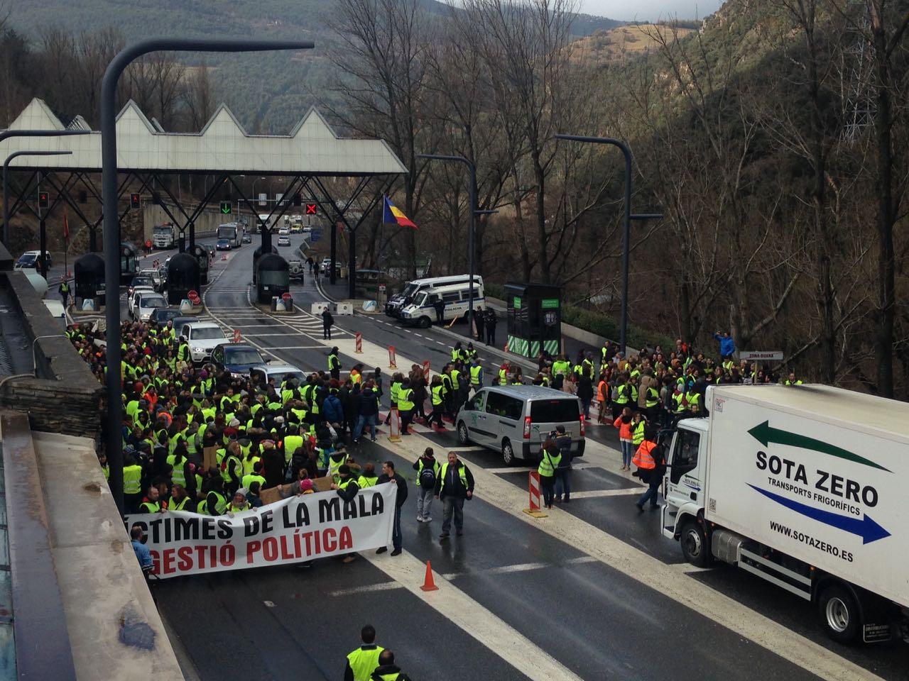 Vaga de funcionaris: Concentració de treballadors a la duana de Sant Julià