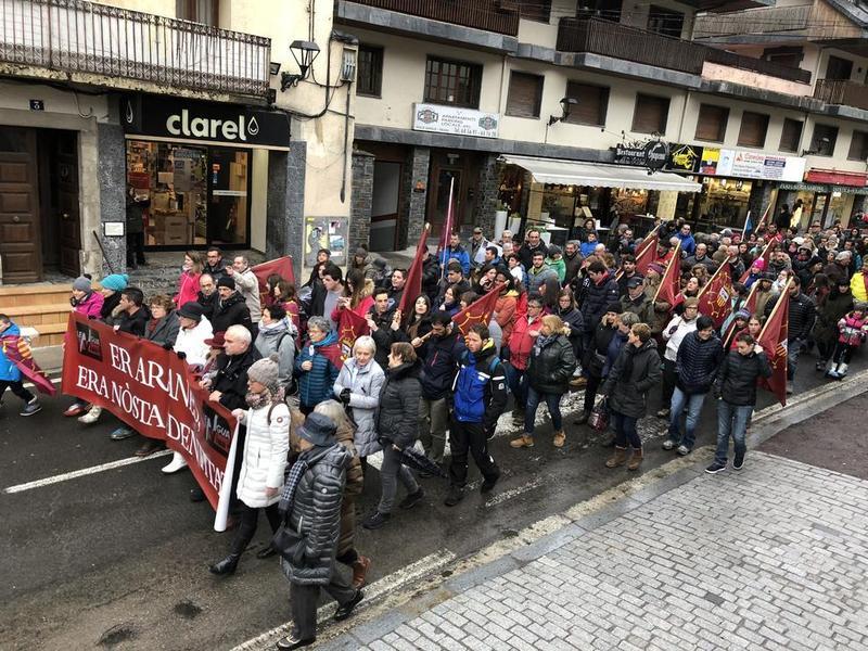 Unes 200 persones es manifesten a Vielha per reivindicar l'aranès