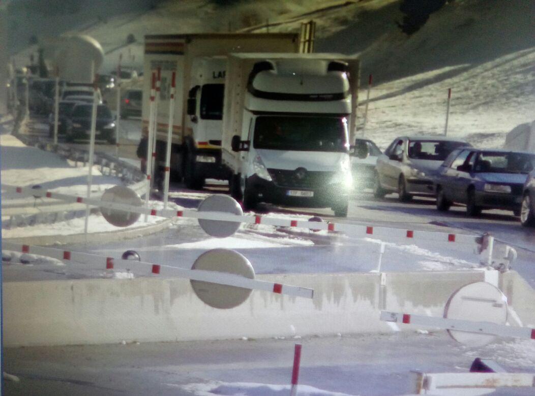 Vaga de funcionaris: Llarga cua d'entrada de vehicles i camions pel Pas de la Casa