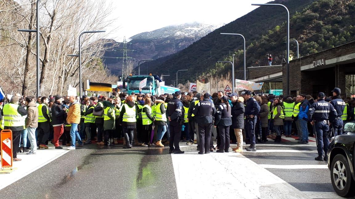 Vaga de funcionaris: Els concentrats tallen la frontera hispano-andorrana