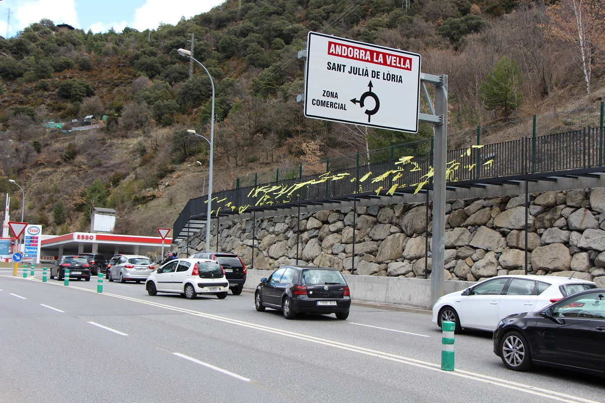 Els primers llaços grocs a Andorra duren unes poques hores