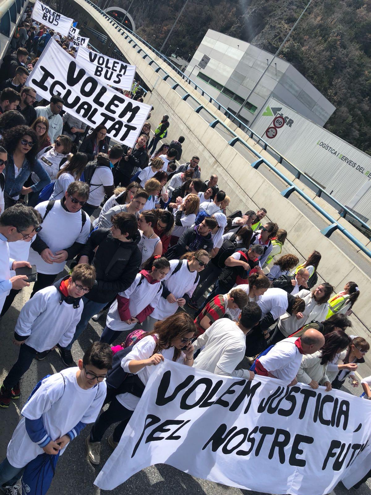 400 persones reclamen justícia i igualtat pels empleats del Punt