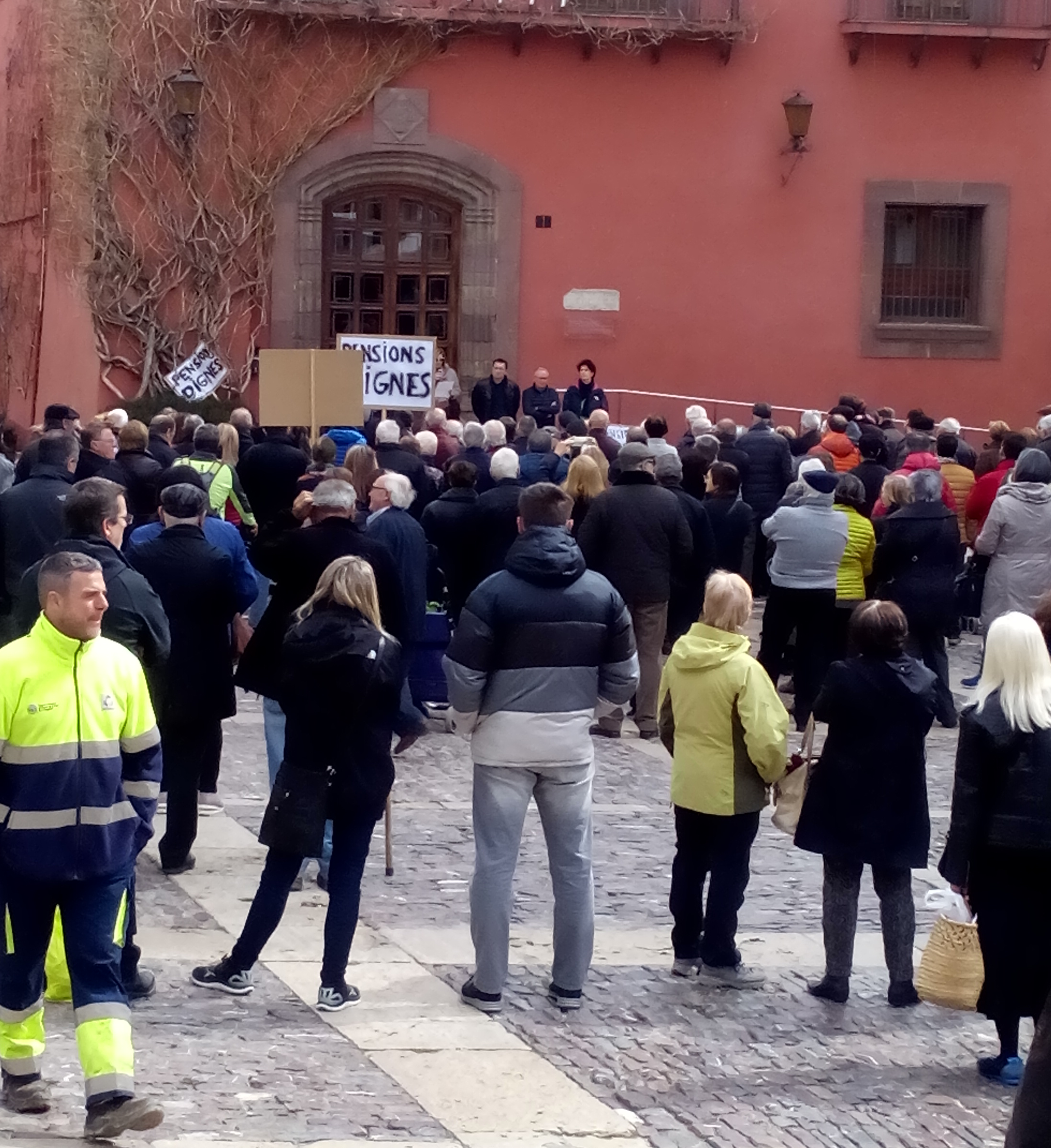 300 persones demanen pensions dignes a la Seu, amb l'absència de l'alcalde Batalla