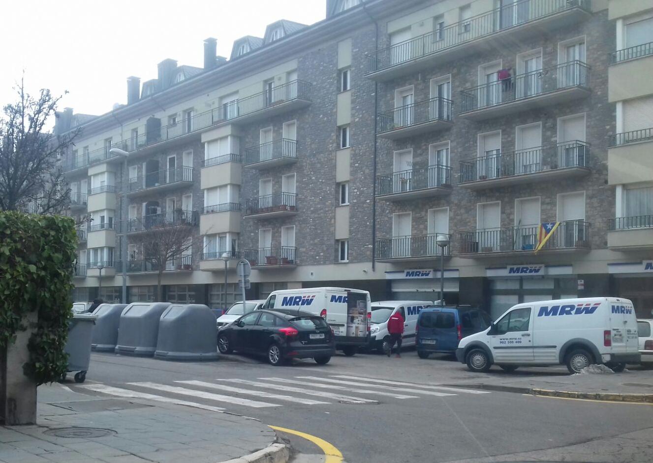 Cotxes mal aparcats i inacció de l'Ajuntament darrere de la plaça Joan Sansa de la Seu