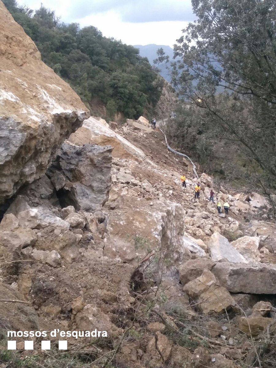 Complicada operació de rescat de les víctimes de l'esllavissada de 50 mil tones de pedres