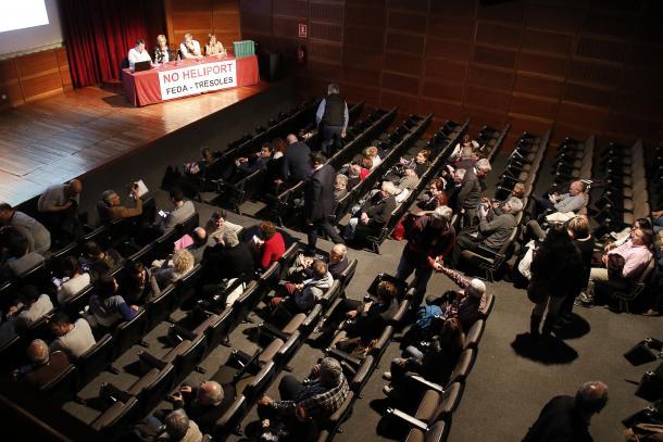 La reunió de poble evidencia l'aïllament de Martí i Torres Falcó en la defensa de l'heliport