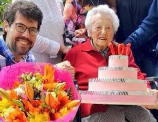 Batalla felicita una padrina urgellenca amb un pastís de 'paper i cartó'