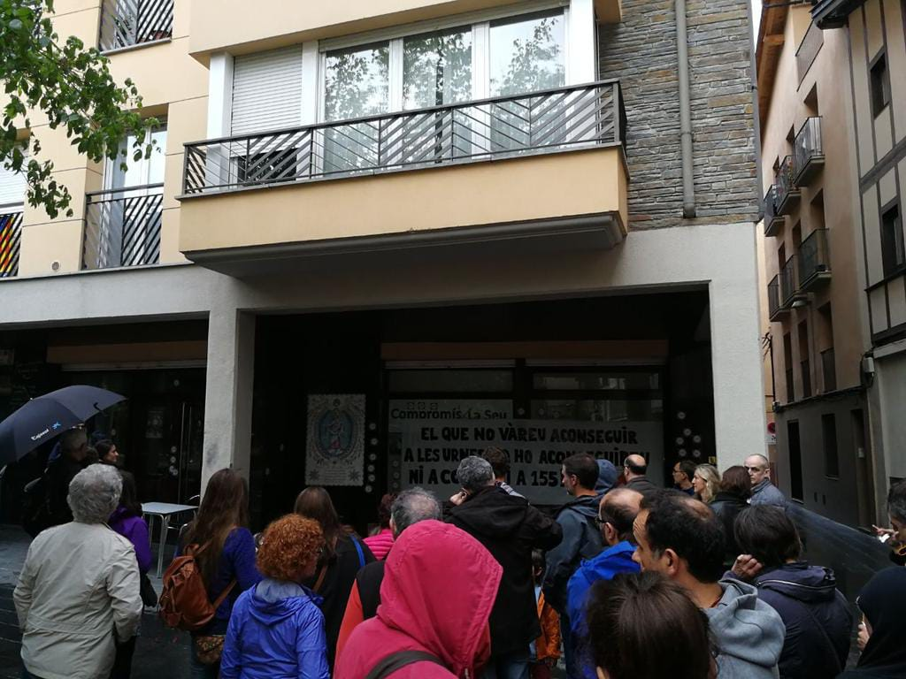 Unes 50 persones protagonitzen un 'escrache' davant del local del PSC de la Seu