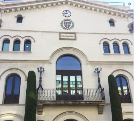 El llaç groc desapareix de l'Ajuntament de Badalona
