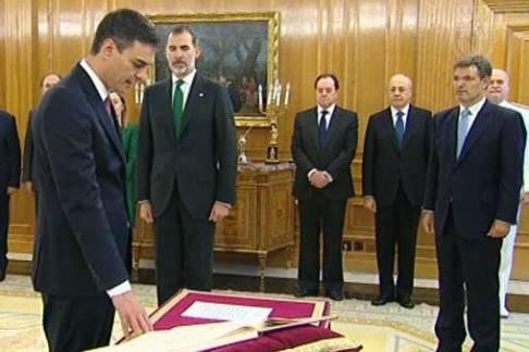 Sánchez pren possessió i pensa en el nou govern
