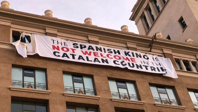 Els Mossos porten a la fiscalia la pancarta contra el rei