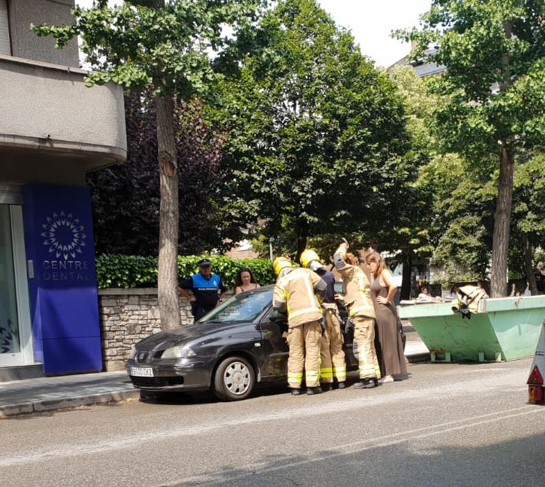Els bombers rescaten un nadó dins d'un cotxe a la Seu