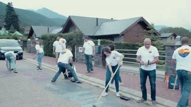 Voluntaris de Ciutadans esborren les pintades de davant la casa de Pablo Llarena a Das