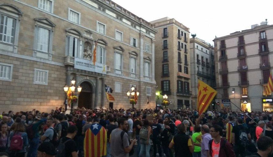 Concentració a Sant Jaume per aturar la manifestació dels policies