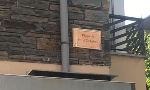 Canvien 'sí o sí' el rètol de la plaça de les Monges de la Seu
