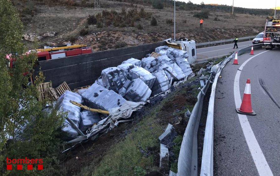 Un camió ple de palets de cotó bolca a Urús, i el conductor resulta ferit