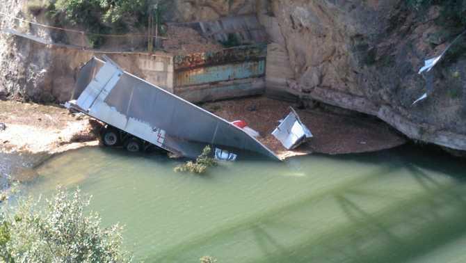 Mor un veí de la Seu en precipitar-se el seu camió per un pont d'Oliana