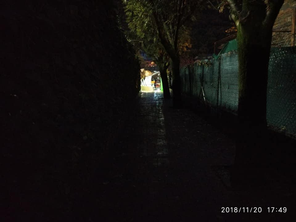 De nit i a les fosques per travessar el passeig del Riu fins Prat de la Creu
