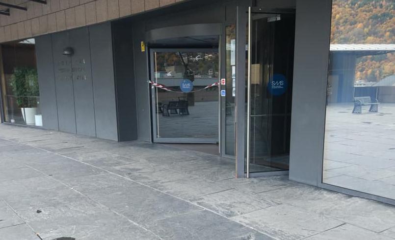 La porta giratòria per accedir a l'hospital de Meritxell no funciona des de fa mesos