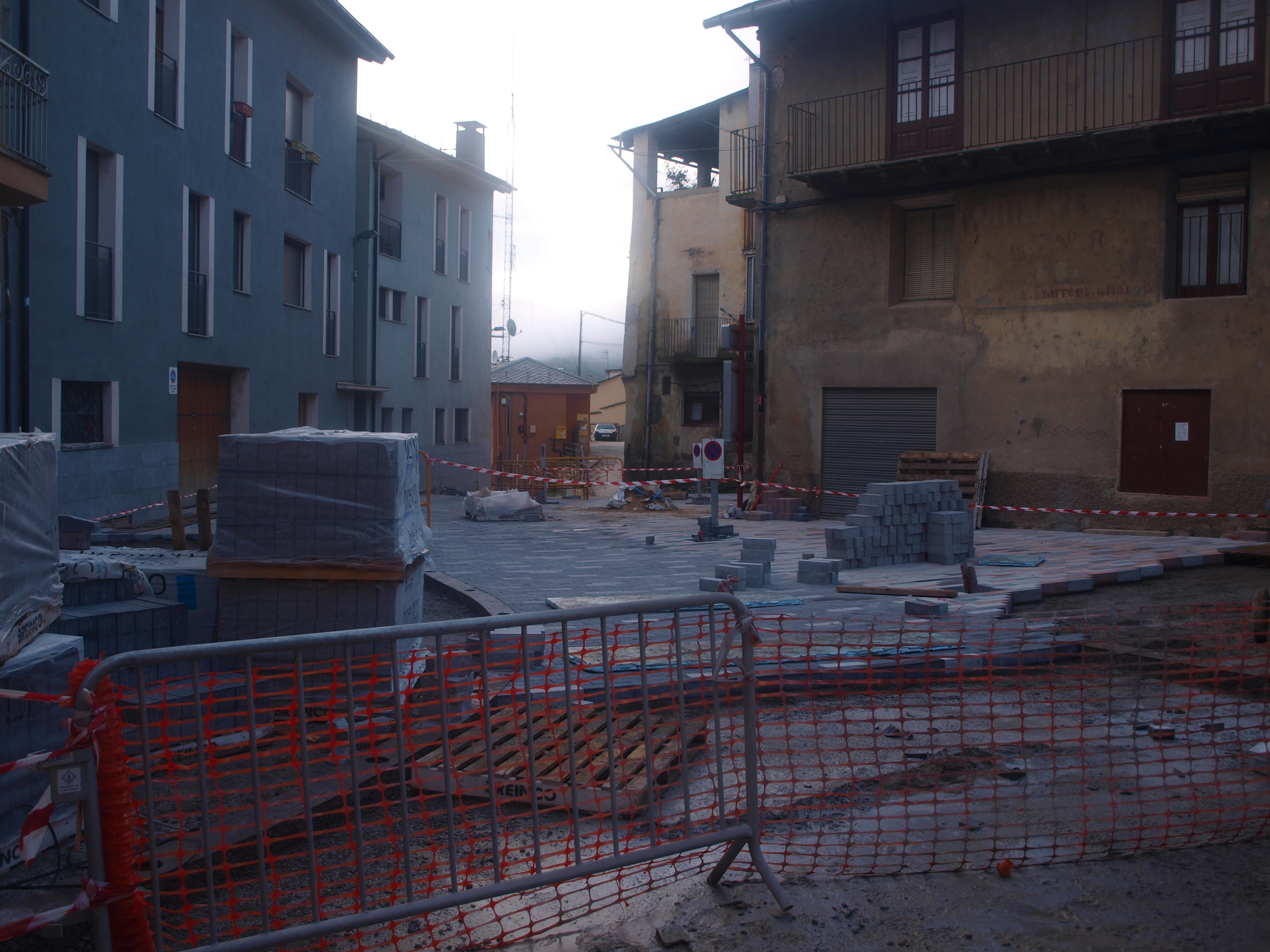 Queixes veïnals pel retard de les obres de la plaça de l'Arbre de Castellciutat
