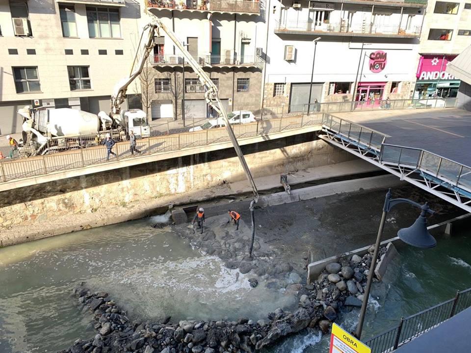Formigó al riu Valira, en unes obres que no tenen data d'acabament