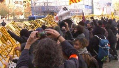 Els Mossos carreguen contra la Plataforma Antifeixista a Girona