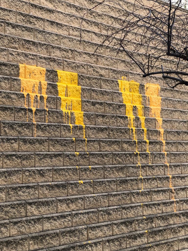 Llencen pintura groga contra la caserna de la Guàrdia Civil de la Seu