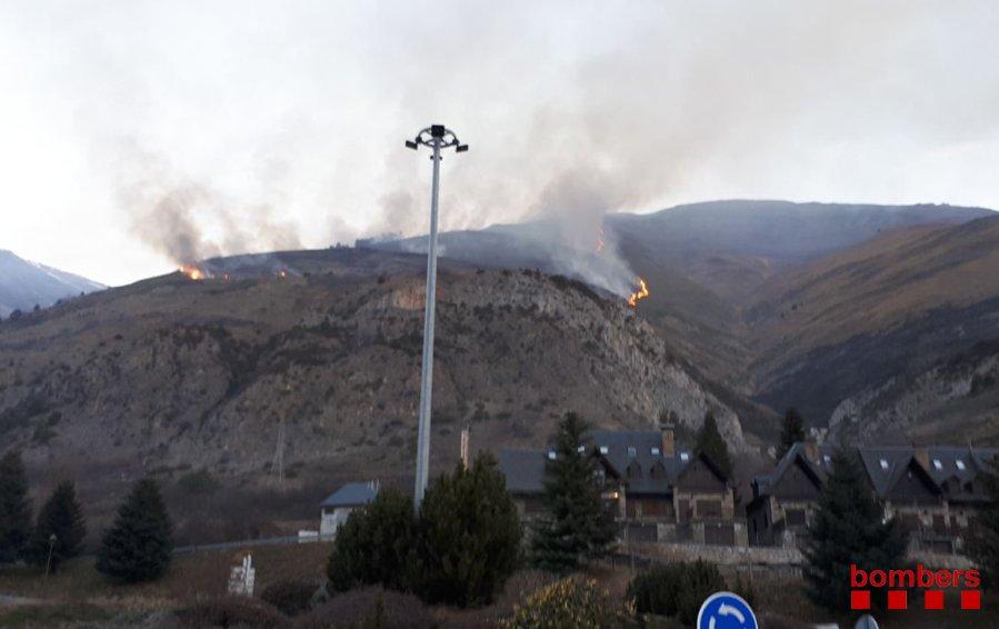 Un incendi als afores d'Arties continua viu i crema prop de 3 hectàrees de pastures