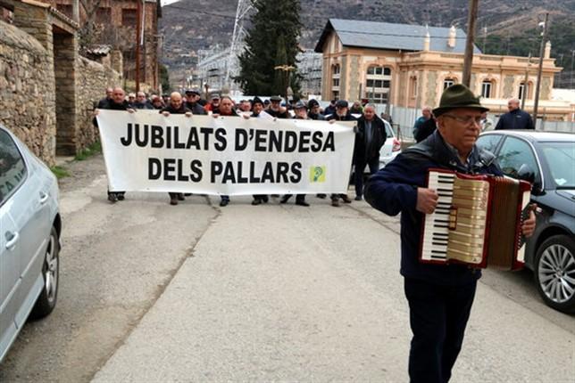 Uns 150 jubilats i treballadors d'Endesa es manifesten a la Pobla de Segur