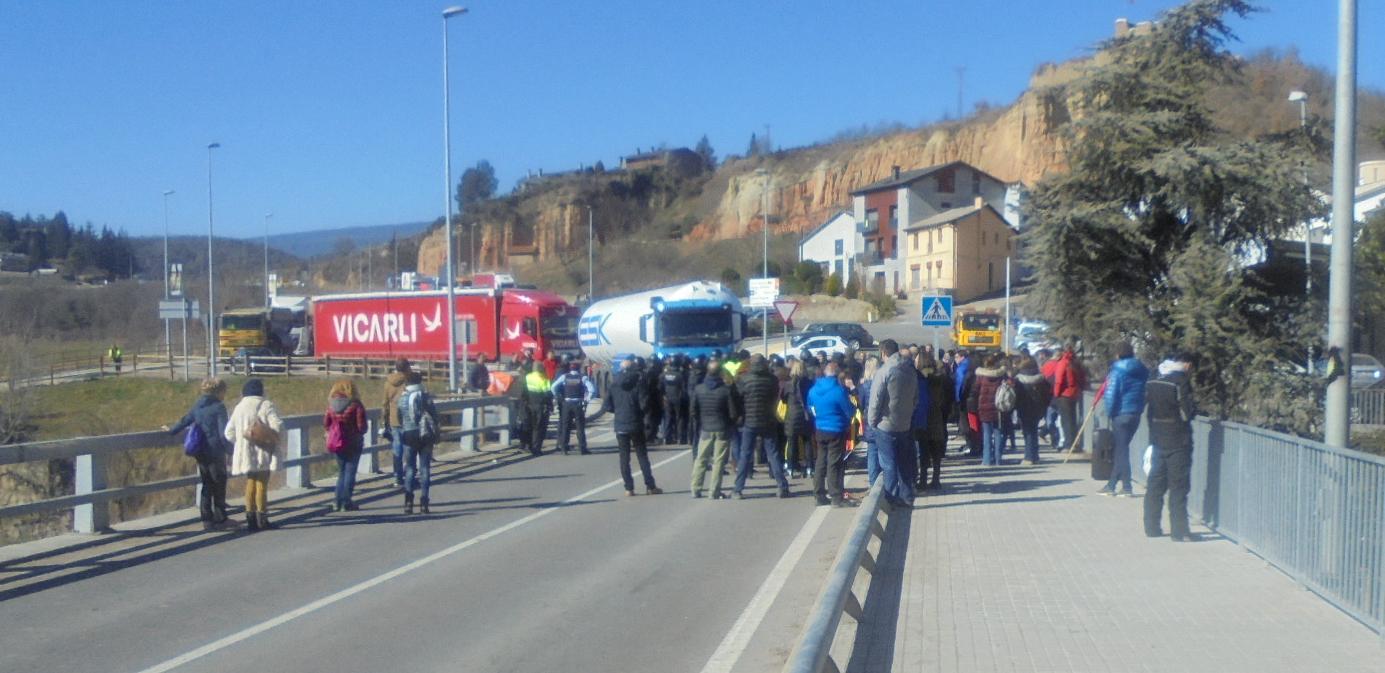 Una setantena de persones tornen a tallar el trànsit a l'N-260 a la Seu