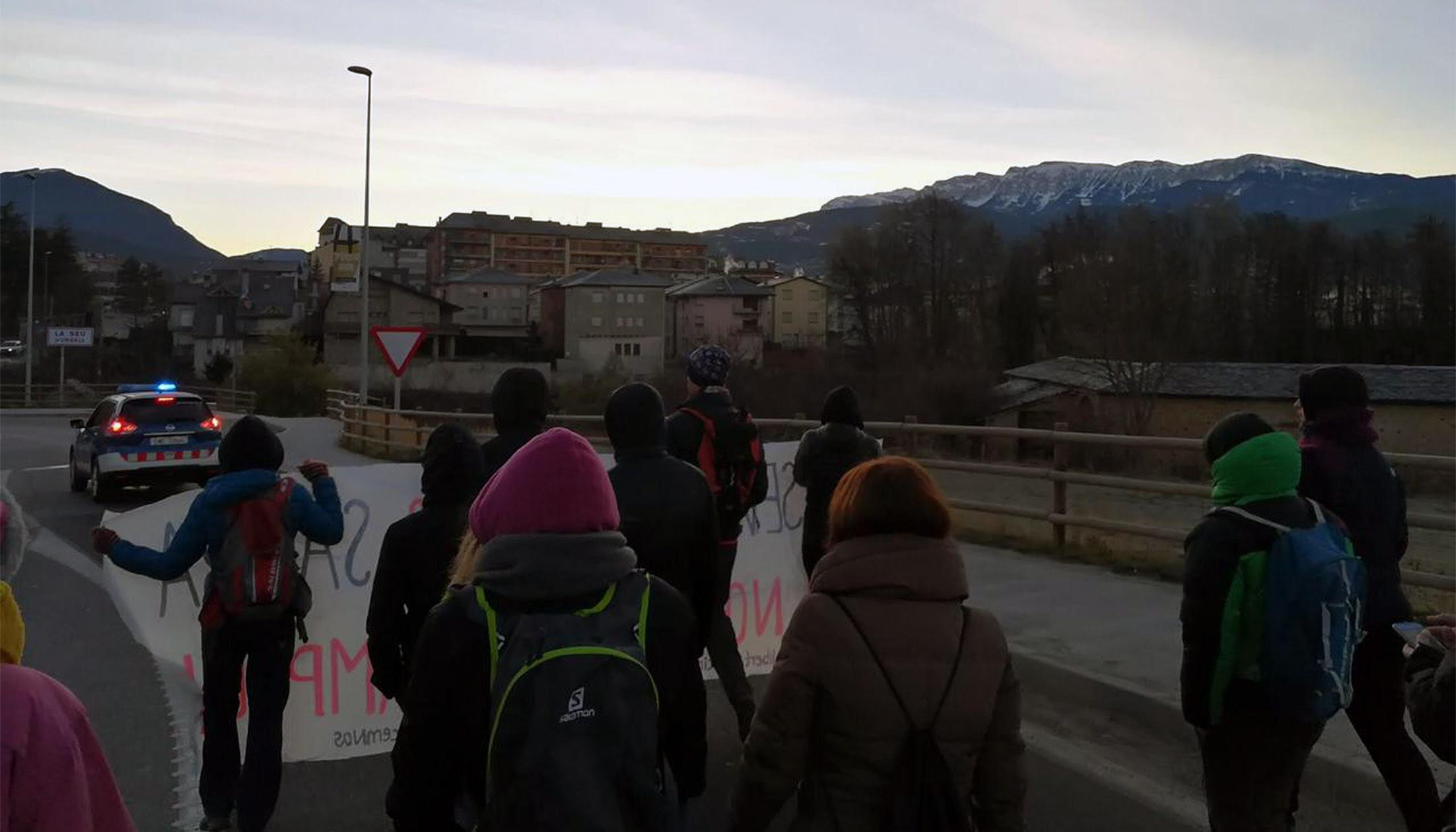 Una desena de persones es manifesten en favor de l'autodeterminació a la Seu d'Urgell