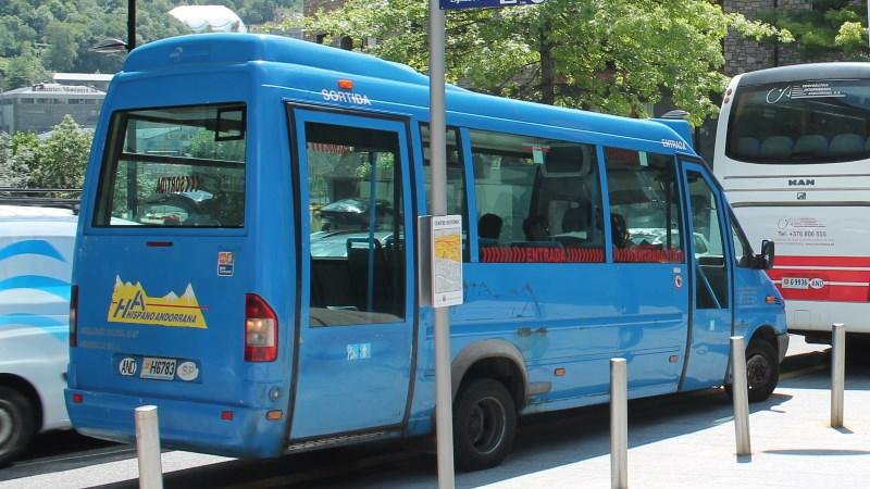 Autobusos plens del transport escolar andorrà que no s'aturen