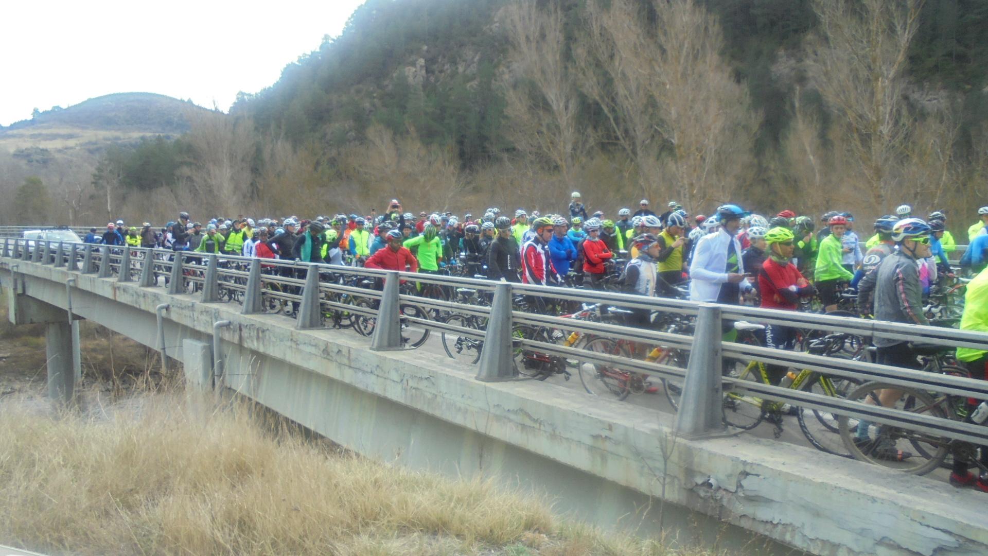 Una marxa lenta de més de 200 ciclistes protesta a l'N-260 pels accidents que pateixen