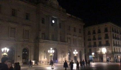 Colau treu el llaç groc de l'Ajuntament de Barcelona