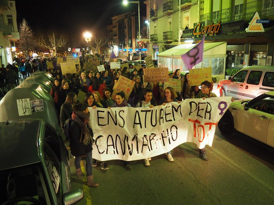 Centenars de persones prenen els carrers de la Seu d'Urgell en un clam contra el masclisme
