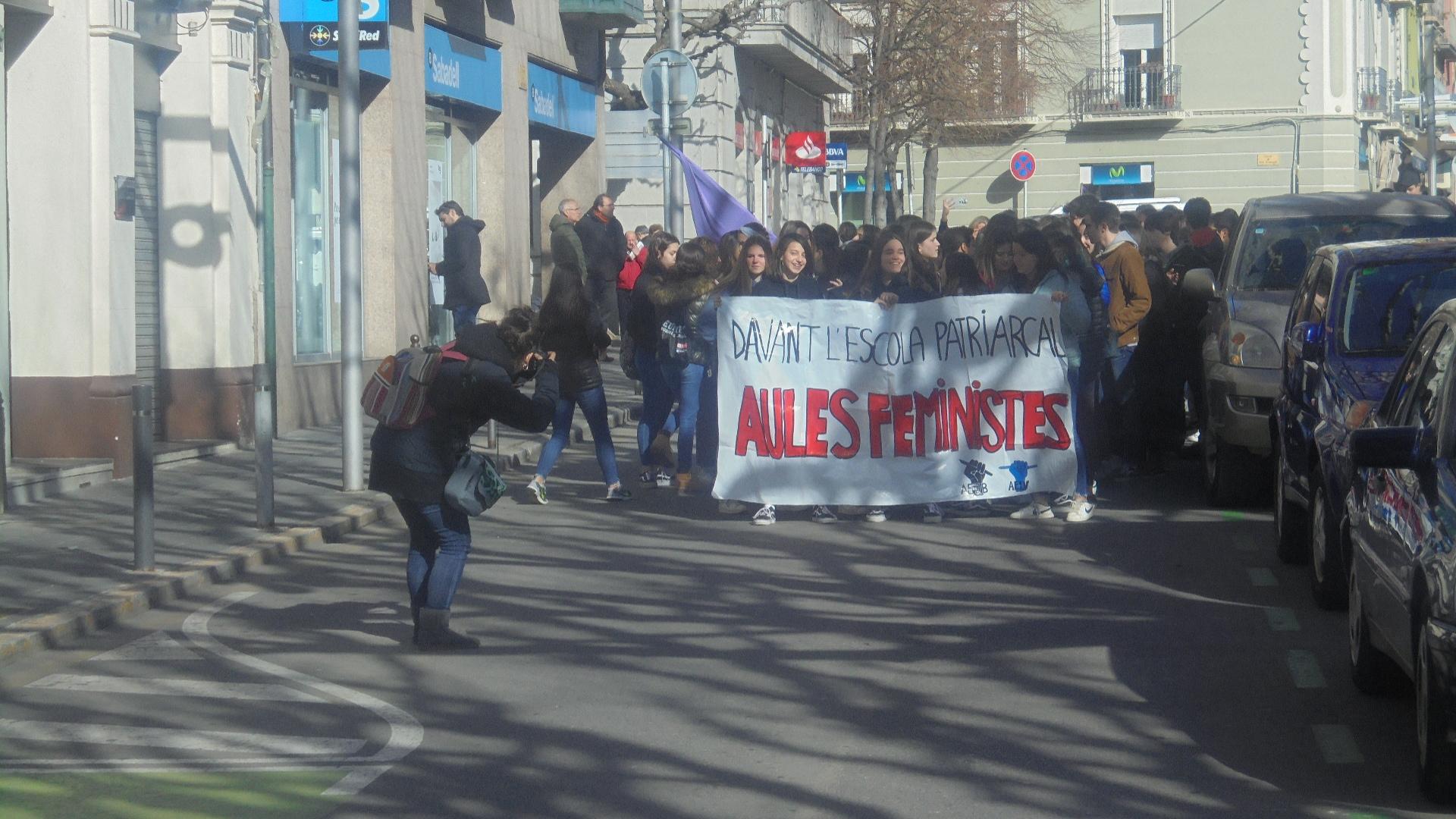 Un grup d'estudiants es manifesta a la Seu en el marc de la Vaga Feminista