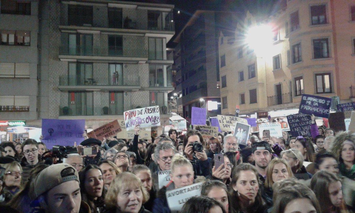 La plaça Guillemó s'omple de missatges contra el masclisme i a favor de l'avortament