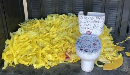 Deixen llaços grocs i un vàter davant la casa d'un mosso que ha de testificar al Suprem