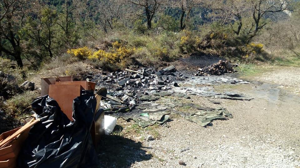 Denuncien destrosses en el mobiliari urbà a la carretera que puja a Alinyà