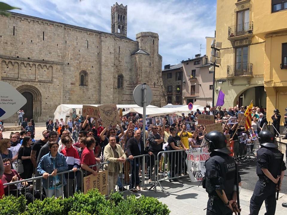 Un centenar de persones es manifesten contra la presència de Vox a la Seu d'Urgell