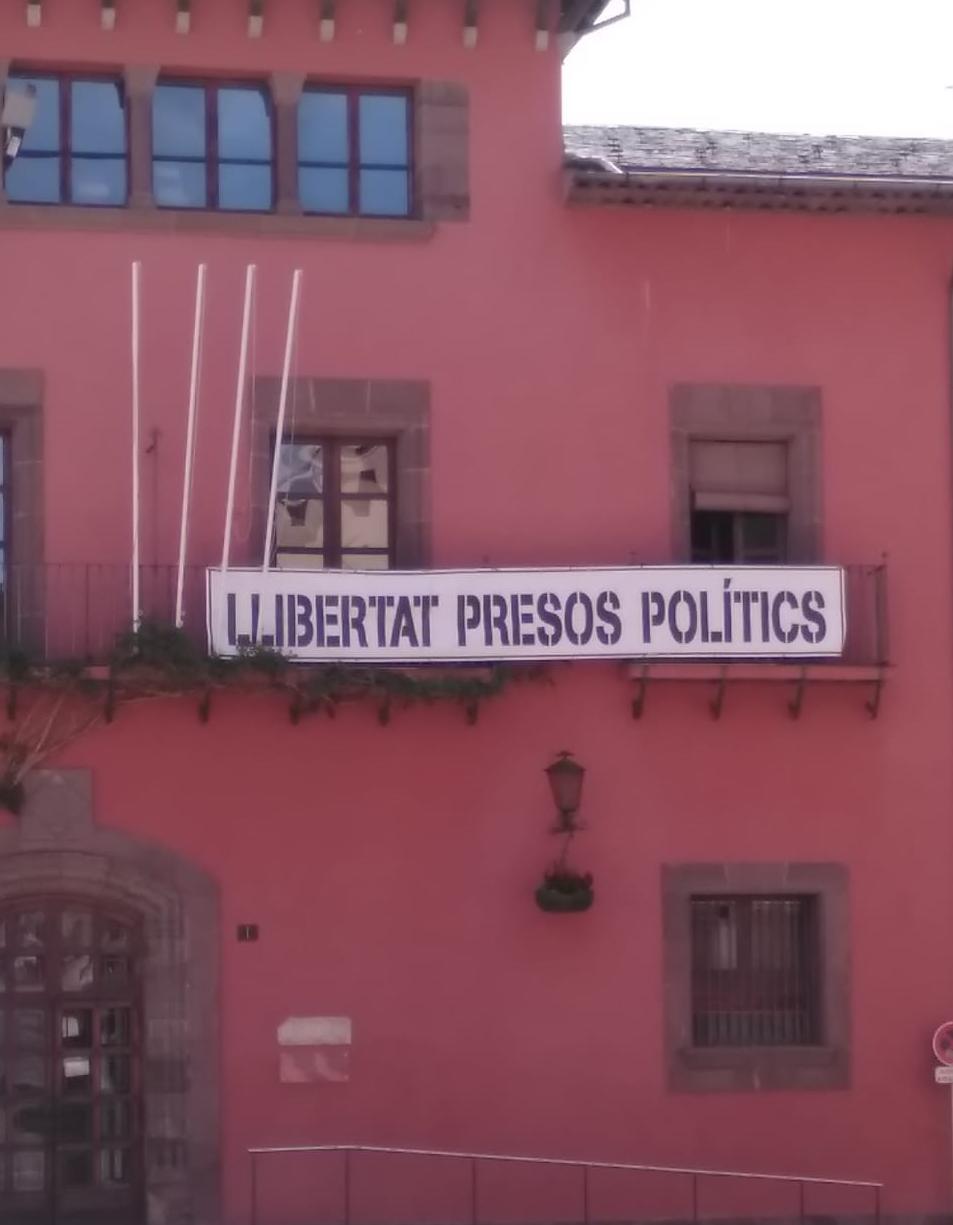 Al batlle en funcions Batalla li falta temps per col·locar la pancarta dels 'presos polítics'