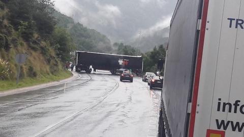 Dues ferides greus en xocar un turisme i un camió a la boca sud del Túnel del Cadí