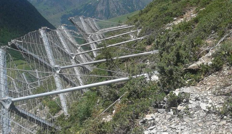 S'instal·len barreres antiallaus a la C-28 entre Baqueira i Ruda