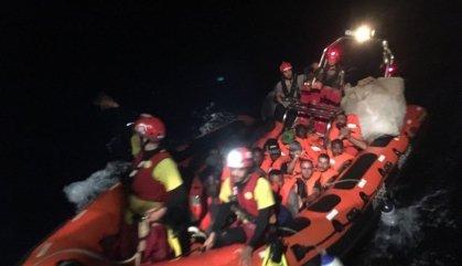 L'Open Arms rescata 39 migrants més, però segueix sense poder atracar